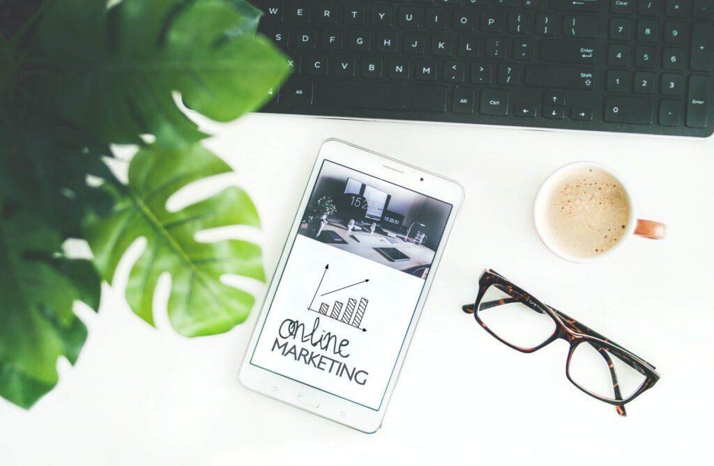 werbekueche-online-marketing-dienstleistungen-arbeit-schreibtisch-smartphone